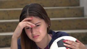 Jugador de fútbol de sexo femenino adolescente atlético perdidoso y infelicidad almacen de video