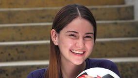 Jugador de fútbol de sexo femenino adolescente atlético de risa metrajes
