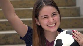Jugador de fútbol de sexo femenino adolescente atlético y el ganar metrajes
