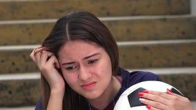 Jugador de fútbol de sexo femenino adolescente atlético y tensión almacen de metraje de vídeo