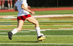 Jugador de fútbol de sexo femenino de la High School secundaria que corre abajo del campo Imágenes de archivo libres de regalías
