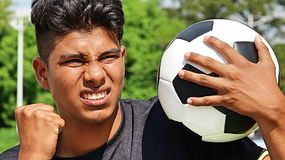 Jugador de fútbol de sexo masculino apto y cólera Foto de archivo
