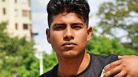 Jugador de fútbol de sexo masculino atlético serio Foto de archivo libre de regalías