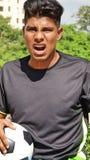 Jugador de fútbol de sexo masculino hispánico joven enojado fotos de archivo