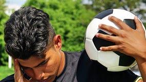 Jugador de fútbol de sexo masculino hispánico joven y tristeza fotos de archivo libres de regalías