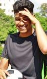 Jugador de fútbol de sexo masculino joven de risa Foto de archivo libre de regalías