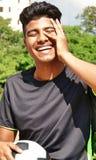 Jugador de fútbol de sexo masculino y risa del Latino Fotos de archivo