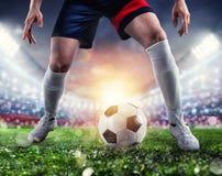 Jugador de f?tbol listo para golpear el soccerball con el pie en el estadio durante el partido fotos de archivo