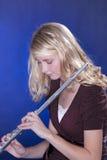 Jugador de flauta aislado en azul fotografía de archivo