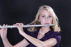 Jugador de flauta del adolescente en negro Fotos de archivo