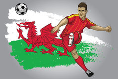 Jugador de fútbol de País de Gales con la bandera como fondo Imagen de archivo