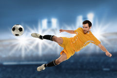 Jugador de fútbol en la acción Fotografía de archivo libre de regalías