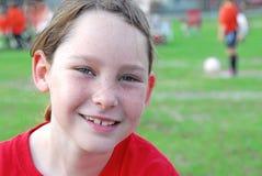 Jugador de fútbol joven en campo Foto de archivo libre de regalías