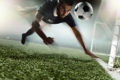 Jugador de fútbol que dirige un balón de fútbol Imágenes de archivo libres de regalías