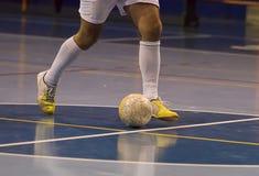 Jugador de Futsal en el pasillo de deportes Imagenes de archivo