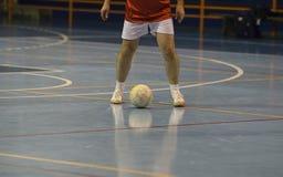 Jugador de Futsal en el pasillo de deportes Imagen de archivo libre de regalías