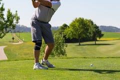 jugador de golf en curso foto de archivo