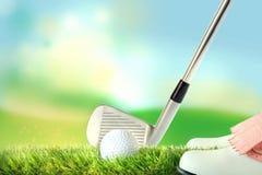 Jugador de golf en la posición de respuesta, pelota de golf con el club de golf ilustración del vector