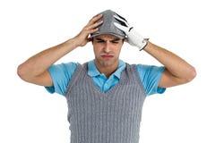 Jugador de golf frustrado que se coloca en el fondo blanco Imagen de archivo libre de regalías