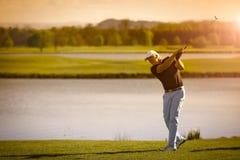 Jugador de golf mayor con el copyspace Foto de archivo libre de regalías