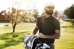 Jugador de golf que celebra a un club de golf en campo de golf imagenes de archivo