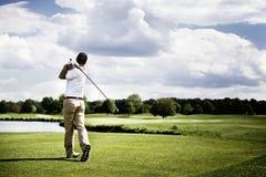 Jugador de golf que junta con te apagado Foto de archivo