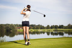 Jugador de golf que junta con te apagado Imagen de archivo libre de regalías