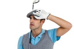 Jugador de golf que presenta con el club de golf Fotos de archivo