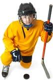 Jugador de hockey de la juventud que se coloca en una rodilla Imagen de archivo