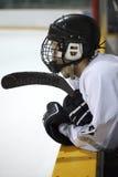 Jugador de hockey en banco Fotos de archivo libres de regalías