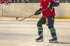 Jugador de hockey en el cierre encima del tiro, actividades f de la pista del patín de hielo del invierno foto de archivo