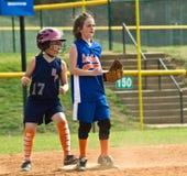 Jugador de la base del beísbol con pelota blanda segundo de la muchacha Fotografía de archivo libre de regalías