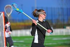 Jugador de la muchacha del lacrosse listo para pasar Foto de archivo