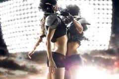 Jugador de la mujer del fútbol americano en la acción Imagen de archivo