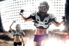 Jugador de la mujer del fútbol americano en la acción Imagenes de archivo