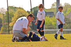 Jugador de lesión del fútbol abajo Fotografía de archivo