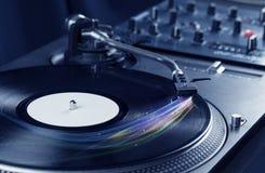 Jugador de música que juega música del vinilo con las líneas abstractas coloridas Imagen de archivo