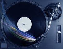 Jugador de música que juega música del vinilo con las líneas abstractas coloridas Imágenes de archivo libres de regalías
