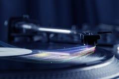 Jugador de música que juega música del vinilo con las líneas abstractas coloridas Fotografía de archivo libre de regalías