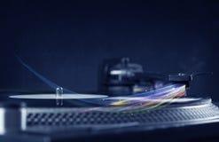 Jugador de música que juega música del vinilo con las líneas abstractas coloridas Foto de archivo libre de regalías