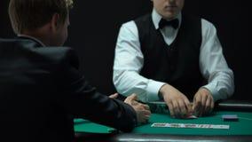 Jugador de póker afortunado que lanza un par de as en la tabla, buena combinación, ganador almacen de metraje de vídeo