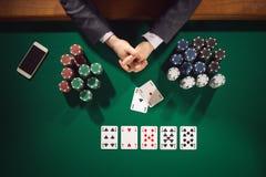 Jugador de póker con smartphone Imágenes de archivo libres de regalías