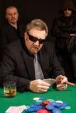 Jugador de póker de consumición del whisky del cigarro que fuma Fotografía de archivo