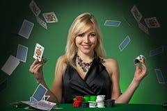 Jugador de póker en casino con las tarjetas y el chipsv Fotos de archivo libres de regalías