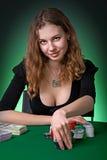 Jugador de póker en casino con las tarjetas y el chipsv imagen de archivo
