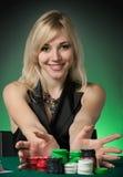 Jugador de póker en casino con las tarjetas y la viruta imagen de archivo libre de regalías