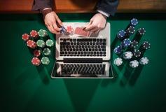 Jugador de póker en línea imagenes de archivo