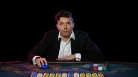 Jugador de póker en línea con las tarjetas y los microprocesadores en el casino Cierre para arriba metrajes