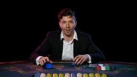 Jugador de póker en línea con los microprocesadores y el ganar en la tabla del casino Cierre para arriba almacen de video