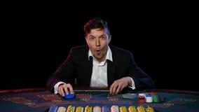Jugador de póker en línea que gana el torneo Cierre para arriba metrajes